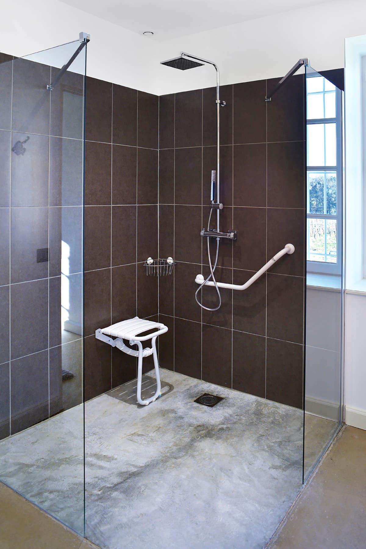 Gîtes de Fontfroide : galerie-photo-chambre-bleue-salle-de-bains