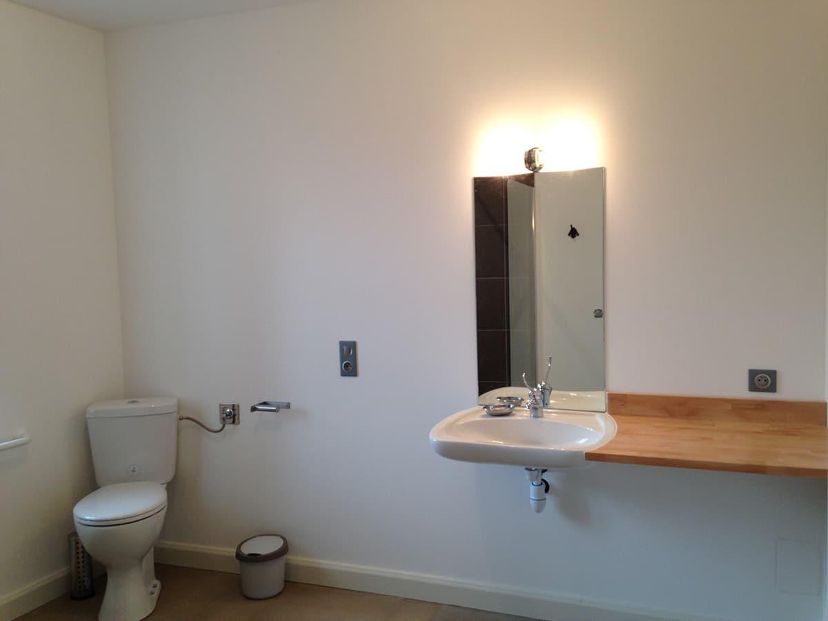 Gîtes de Fontfroide : galerie photo chambre bleue salle de bains