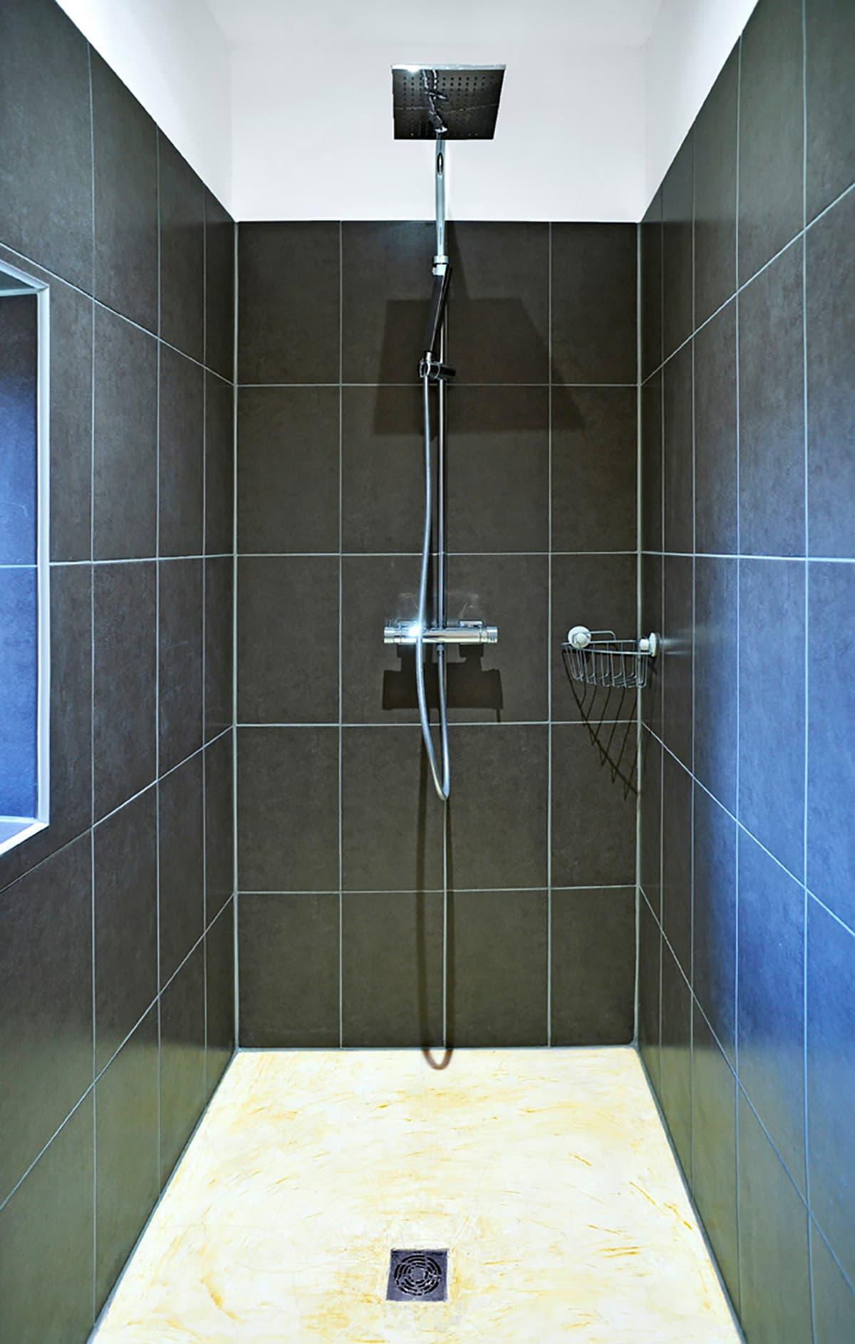 Gîtes de Fontfroide : galerie-photo-chambre-taupe-salle-de-bains-2